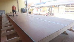 Bio-Holzfaserplatte Arbeiter reinigt Oberfläche